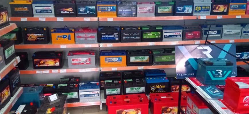полки магазина с аккумуляторами
